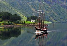 Bakka kirke og en seilskute - Nærøyfjorden