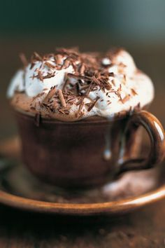 looks like my gourmet hot chocolate. topped with whipped topping, a drizzle of chocolate syrup and shavings of a chocolate bar Café Chocolate, Chocolate Sprinkles, Chocolate Shavings, Chocolate Garnishes, Decadent Chocolate, Chocolate Lovers, Do It Yourself Food, Pause Café, Chocolate Caliente