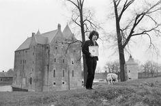 Fotocollectie » Boudewijn de Groot kreeg gouden plaat voor lied Land van Maas en Waal , hier bij Slot Loevestein| gahetNA