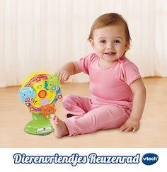 Draai het rad en zie hoe de kikker, de beer en de vogel vrolijk in het rond draaien. Met zuignap voor eenvoudige bevestiging, knipperende lichtjes en drie interactieve toetsen die kleintjes kennis laten maken met dieren, kleuren en cijfers. #VTech #babyspeelgoed #speelgoed