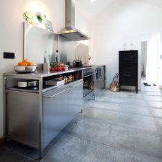 free standing kitchen. from boligmagasinet, shot by morten holtum via emmas designblogg.