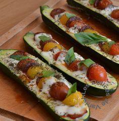 2 courgettes tomates cerises multicolores mozzarella fines rondelles de chorizo feuilles de basilic Huile d'olive-Sel - Poivre Laver les courgettes et les couper en deux dans la longueur sans couper les extrémités puis cuire à la vapeur 15 minutes. Couper la mozzarella, et les tomates cerises. Évider un peu les courgettes puis mettre en alternance mozza, tomates et le chorizo un peu d'huile olive. 15min four 210 Verser par dessus un filet d'huile d'olive, saler poivrer puis parsemer de thym.
