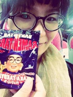 昼バスでの帰り道です〜。お土産にいただいた食い倒れ太郎くんベビースター☆ をお供に。同んなじようなメガネをかけて(笑)