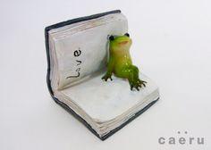 読書週間にちなみまして、本と蛙。