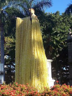 Amazing lei on King Kamehameha statue on Oahu - wish I had seen him in his flower robes. Hawaii Life, Aloha Hawaii, King Kamehameha, Hawaii Pictures, Hawaiian Dancers, Polynesian Culture, Vintage Hawaii, Tahiti, Bora Bora