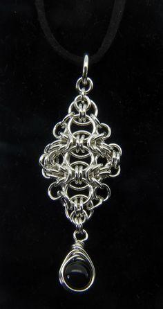 Romantisch Gotisch Silber Anhänger - Ein schönes gotisch Sterling Silber Pedant mit einem schwarzen Onyx Perlen gewickelt in Sterlingsilber.