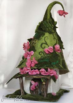 Das ist eine Lampe die im Nassfilzverfahren umfilzt wurde, und als Zauberhaftes Feen-Haus gemacht. Das Haus steht auf dem Blumenwiese mit kleine gelb