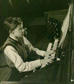 https://flic.kr/p/Q5D7pp | Glenn Gould playing the organ in the concert hall of the Toronto Conservatory of Music, circa 1945 / Glenn Gould jouant de l'orgue à la salle de concert du Toronto Conservatory of Music vers 1945 | Title / Titre : Glenn Gould playing the organ in the concert hall of the Toronto Conservatory of Music, circa 1945 / Glenn Gould jouant de l'orgue à la salle de concert du Toronto Conservatory of Music vers 1945 Creator(s) / Créateur(s) : Page Toles Date(s) : circa ...