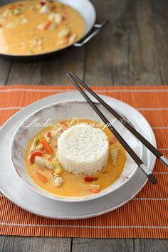 Przepis na kurczak w sosie z czerwonego curry z mlekiem kokosowym po tajsku. Kurczak w czerwonym sosie curry, przygotowanym na mleku kokosowym, z warzywami i ryżem.