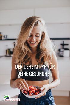 Der heutige Lebensstil ist geprägt von ständiger Erreichbarkeit, hoher Belastung in Beruf und Privatleben, und eine Menge Stress. Antioxidantien sind wichtig für den Körper, um unsere gestressten Zellen zu schützen. Aronia in Form von Saft, Kapseln, Pulver oder getrockneten Beeren, welche täglich oder mindestens einmal pro Woche eingenommen werden, stellen einen sehr wichtigen Antioxidans-Ergänzung dar. I Immunsystem stärken I Vitamine I Gesundheit und Schönheit Vitamin E, Smoothie, Form, Stress, Vitamins And Minerals, Private Life, Female Bodies, Smoothies, Psychological Stress