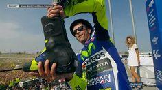 Sur le podium, Rossi sirote tranquillement son champagne... dans sa bottine !