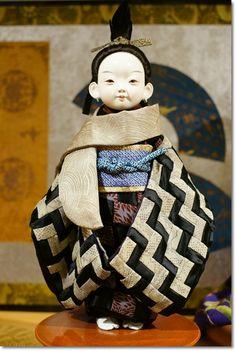 ↑藤村光環さんの大きな人形  今年も「うらら展」に行きました♪ 伝統の市松人形と創作人形300体が一堂に会する会場には ちりめん細工の見事な作...