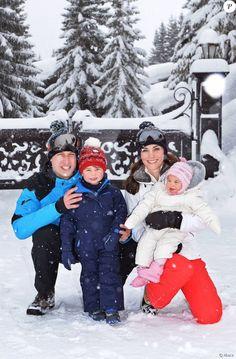 Le prince William et Kate Middleton avec leurs enfants le prince George et la princesse Charlotte de Cambridge devant l'objectif de John Stillwell dans les Alpes françaises début mars 2016 lors d'un court séjour à la montagne, les premières vacances à la neige de George et Charlotte.
