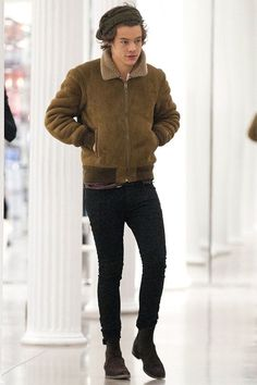 Nail off-duty dressing with this combination of an army green shearling jacket and black slim jeans. Smarten up your outfit with dark brown suede chelsea boots.   Shop this look on Lookastic: https://lookastic.com/men/looks/olive-shearling-jacket-black-skinny-jeans-dark-brown-suede-chelsea-boots/22514   — Olive Shearling Jacket  — Black Skinny Jeans  — Dark Brown Suede Chelsea Boots