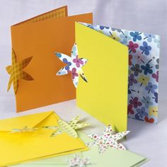 How to make a cut-out flower Easter card :: Easy Easter paper craft ideas Diy Flowers, Spring Flowers, Flower Cut Out, Color Card, Flower Cards, Cute Cards, Easter Crafts, Homemade Cards, Birthday Cards