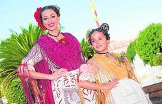 Mónica Jimeno y Paula Cánovas, las Reinas de la Huerta 2016, ayer en la Glorieta.