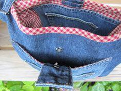 Satte saxen i ett par gamla jeans Och slutresultatet blev en axelväska, framifrån ser den ut såhär........ .............och ba... Jeans Refashion, Textiles, Sewing, Tips, Quilts, Ideas, Upcycling, Backpacks, Dressmaking