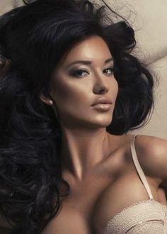 Bujne włosy, duże piersi, lekko ciemniejsza karnacja... Pociąga Cię ta kobieta? Znajdziesz ją na http://telefon-seks.pl/ !