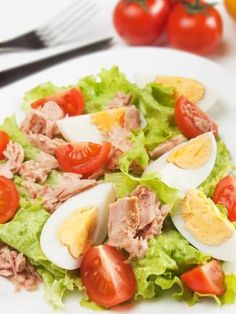 Salade de thon : rien de tel qu'une bonne salade de thon bien fraîche pour un déjeuner ou un dîner réussi, c'est simple et bon, que demander de plus ? #marmiton #thon #salade #oeuf #recette #cuisine Quick Meals, No Cook Meals, Caesar Salat, Caprese Salat, Salad Recipes, Healthy Recipes, Clean Eating, Healthy Eating, Salad Bar