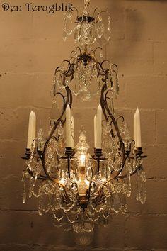 grote franse kaarsen kroonluchter, den terugblik Sparkling Lights, Crystal Chandeliers, Vintage Chandelier, Clocks, Mirrors, Campaign, Ceiling Lights, Lighting, Antiques