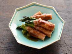 豚ロース肉を使って、さっぱりとおいしいアスパラガスの肉巻きを作ります。豚ばら肉や牛肉で作るレシピも多いですが、肉の脂やうま味があっさりめの豚ロース肉と合わせることで、アスパラガス本来の味わいもしっかり楽しむことができるレシピです。