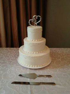 A simple look with our arches and dots design. www.mitchels.ca #wedding #weddingcakes #simple