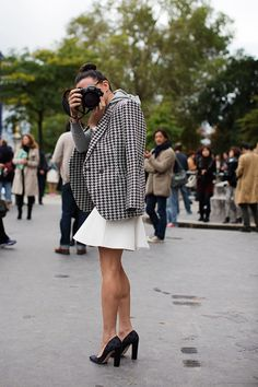 I seriously adore this mix of black and white houndstooth with polka dot pumps on Garance Dore. Via The Sartorialist. The Sartorialist, French Fashion, Look Fashion, Paris Fashion, Street Fashion, Jacket Outfit, Girls With Cameras, Outfits Mujer, Houndstooth Jacket