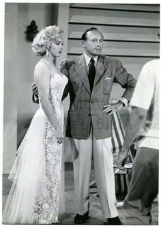Marilyn Monroe, Jack Benny / Marilyn made her television debut on the first episode of the fourth season of The Jack Benny Program, broadcast on CBS on September Hollywood Stars, Classic Hollywood, Old Hollywood, Hollywood Glamour, Hollywood Fashion, Hollywood Actresses, Norma Jean Marilyn Monroe, Jack Benny, Cinema Tv