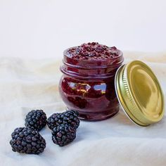 AMAZING 3-ingredient Raw Blackberry Chia Jam! It's totally healthy and is made with just frozen blackberries, chia seeds, and maple syrup!