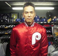 【新宿1号店】 2012年12月7日  当店の常連様で、フィリーズをこよなく愛すミッキー様!  先日ご購入頂いたミッチェル&ネスのジャケットを着用してパチリっ♪