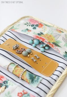 28 Ideas Travel Diy Accessories Sewing Patterns For 2019 Diy Earring Holder, Diy Jewelry Holder, Diy Jewelry Roll, Jewelry Box, Craft Jewelry, Jewelry Stand, Glass Jewelry, Gold Jewellery, Jewelry Supplies