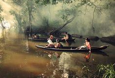 Οι πιο απίστευτες και αδιανόητες διαδρομές παιδιών προς τα σχολεία τους...  Πηγαίνοντας στο σχολείο με ένα κανό,Riau,Indonesia.