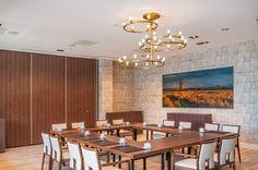 The Ring is een modern vormgegeven kroonluchter, speciaal ontworpen en vervaardigd voor de conferentieruimte in dit Van der Valk hotel.