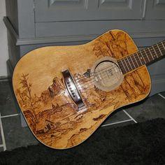 Gitarre mit der Brandmalerei-Technik verziert