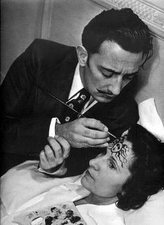 Salvador Dali peint sur le front d'une jeune femme