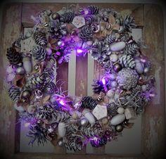 Věnec+s+fialkovým+světlem+-+bílo-stříbrný+věneček+(použitý+materiál+je+přírodní,+stříkaný+nezávadnými+akrylovými+barvami)+-+doplněno+zvonečky+a+kuličkami+v+jemné+fialkové+barvě,+baňkami,+rolničkami+a+led+řetězem,+který+svítí+fialově+-+led+světýlka+jsou+k+věnečku+přichycena+zezadu,+včetně+dvou+kvalitních+tužkových+baterií+-+průměr+29cm+-+luxusní... Christmas Wreaths, Led, Holiday Decor, Home Decor, Decoration Home, Room Decor, Home Interior Design, Home Decoration, Interior Design
