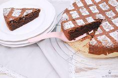 Hier ist ein richtig leckeres Rezept von einem saftigen Schokoladenkuchen mit Mandeln. Ohne Mehl gebacken ist er sogar Glutenfrei und schmeckt total gut.