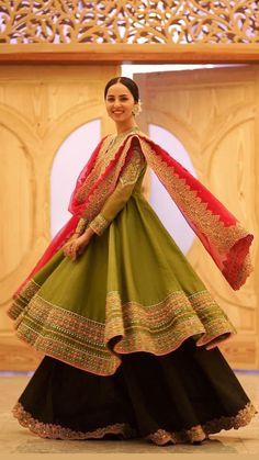 Pakistani Fashion Party Wear, Pakistani Wedding Outfits, Indian Fashion Dresses, Indian Wedding Outfits, Indian Designer Outfits, Indian Gowns, Indian Outfits, Wedding Dresses, Fancy Dress Design