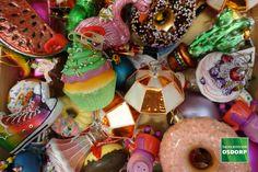 Kerst inspiratie doe je op in de kerstshow van tuincentrum Osdorp. Dit kerstthema heet Vrolijke kerst, de kleuren springen uit je boom en de versiering is allemaal met een knipoog, het is gewoon het vrolijkste kerstthema dat wij hebben! Birthday Cake, Desserts, Food, Tailgate Desserts, Deserts, Birthday Cakes, Essen, Postres, Meals