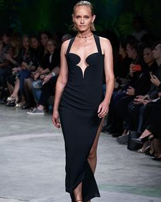 Versace Spring 2020 Ready-to-Wear Fashion Show Collection: See the complete Versace Spring 2020 Ready-to-Wear collection. Look 60 Fashion 2020, Look Fashion, Runway Fashion, Fashion Outfits, Milan Fashion, Daily Fashion, Street Fashion, Belle Silhouette, Versace Fashion