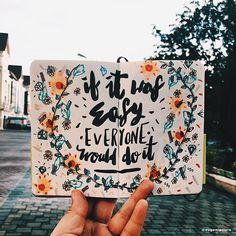 Eugenia Clara adora contar histórias através de letterings e doodles postados em suas redes sociais, além de criar incríveis tipografias feitas à mão.
