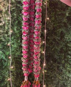 Indian Wedding Flowers, Flower Garland Wedding, Rose Garland, Floral Garland, Flower Garlands, Wedding Garlands, Desi Wedding Decor, Wedding Stage Decorations, Wedding Stage Backdrop