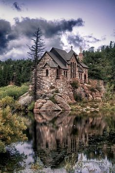 """on the Rock Chapel on the Rock in Estes Park: where my bro thought he heard God say, """"Come on up!"""" To which he replied, """"I'm only on the Rock in Estes Park: where my bro thought he heard God say, """"Come on up!"""" To which he replied, """"I'm only Oh The Places You'll Go, Places To Travel, Places To Visit, Beautiful Buildings, Beautiful Places, Amazing Places, Foto Nature, Le Colorado, Skiing Colorado"""