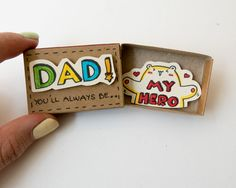 Dieses Angebot gilt für eine Streichholzschachtel. Dies ist eine großartige Alternative zu einem Vater-Tageskarte. Überraschen Sie Ihren Vater mit einer lustigen private Nachricht in diesen niedlichen Streichholzschachteln versteckt!  Jedes Element wird von Hand gemacht von einer echten Streichholzschachtel (*). Die Entwürfe werden von Hand gezeichnet, gedruckt auf Papier und dann von Hand gefärbt, um jede einzelne Streichholzschachtel eine besondere persönliche Note zu geben. Wir haben…