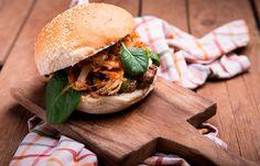 Μπέργκερ με κατσικίσιο τυρί και τηγανιτά κρεμμύδια Pulled Pork, Hamburger, Cooking, Ethnic Recipes, Food, Shredded Pork, Kitchen, Kochen, Hamburgers