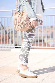 Outfit detail beige fringed bag sac sceau franges Sézane pantalon camo CImarron veste en jean