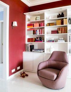 Kiistelty kirjahylly tuo kodikkuutta – poimi ideat, kuinka saat sen sopimaan sisustukseen - Deko Bookcase, Shelves, Living Room, Home Decor, Deco, Shelving, Decoration Home, Room Decor, Book Shelves