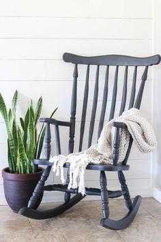 Painting furniture can sometimes be a daunting task. Especially when the furniture has spindles (like a rocking chair). This post shows you the best way to paint furniture, including spindles, to get a beautiful result every time. Rocking Chair Bois, Painted Rocking Chairs, Rocking Chair Makeover, Painted Tables, Vintage Rocking Chair, Paint Furniture, Furniture Makeover, Cool Furniture, Furniture Design