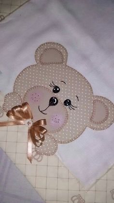 Bernapatch pic onlyCute pink little girl's quilt with teddy bears and a sense of humour.Learn how to make cute blankets with the patchwork technique ~ lodijoellaThis post was discovered by Vi Applique Templates, Applique Patterns, Applique Quilts, Applique Designs, Embroidery Applique, Machine Embroidery, Embroidery Designs, Quilt Baby, Baby Quilt Patterns