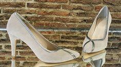 Zapatos en ante color tierra y las tiras en piel metalizada color plomo.